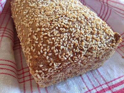 Detta behöver du till ett bröd  4 dl mandelmjöl ½ dl kokosmjöl 1 dl skalat sesamfrö 1 dl psyllium 1 msk bakpulver 1½ tsk salt 6 ägg 3 dl kokosmjölk 1 dl kokosolja Du behöver också smält kokosolja och lite sesamfrön att bröa formen med samt lite sesamfrön att dekorera brödet med