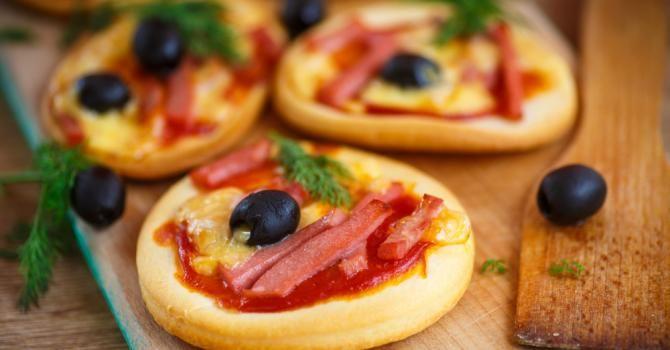 Recette de Mini pizzas apéritives sans gluten. Facile et rapide à réaliser, goûteuse et diététique. Ingrédients, préparation et recettes associées.