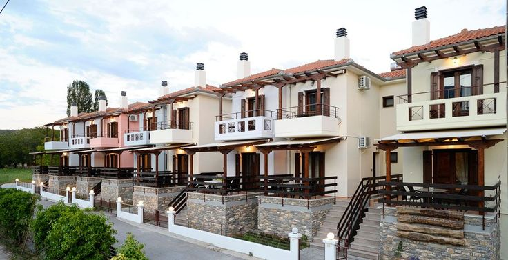 Tussen de natuur en aan het strand van Kala Nera liggen de kleurrijke verblijven van Levantes Villas