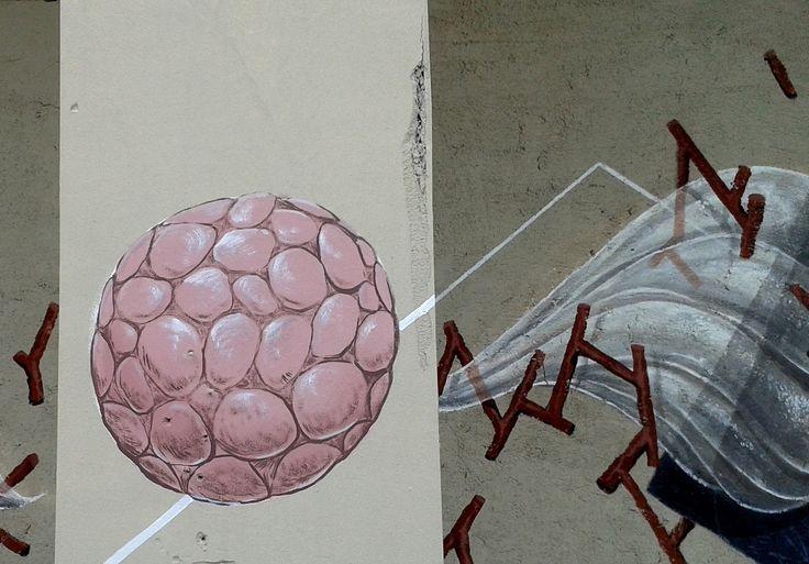 Torniamo a parlarvi di G.Loois grazie a questo ritorno in grande stile dell'artista che torna a colpire con una nuova parete delle sue realizzata in quel di Bologna, ancora una volta stupisce la grande forza pittorica dei lavori dell'inteprete che in totale armonia con gli spazi a disposizione prosegue così la sua personale visione creativa.