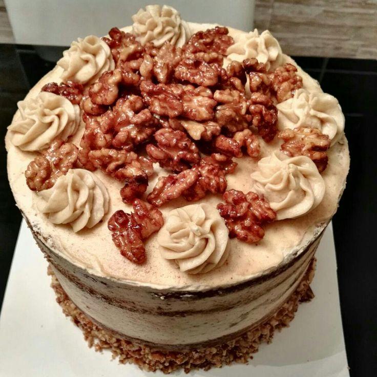 Layer Cake con bizcocho de café y nueces, buttercream de café y amaretto, decorada con nueces caramelizadas.