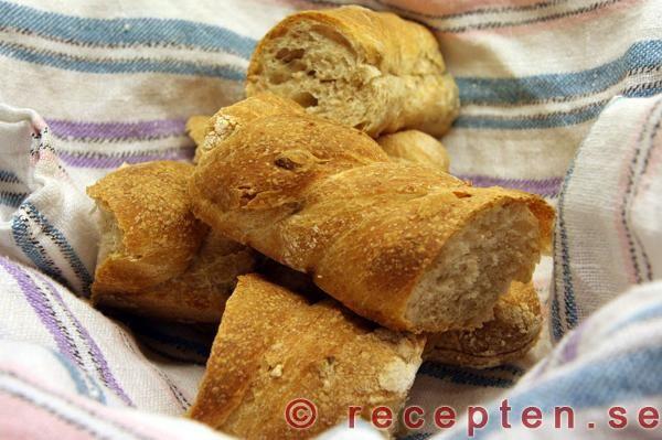 Recept på jättegoda baguetter med dinkelmjöl som får kalljäsa i kylskåpet. Bilder steg för steg.