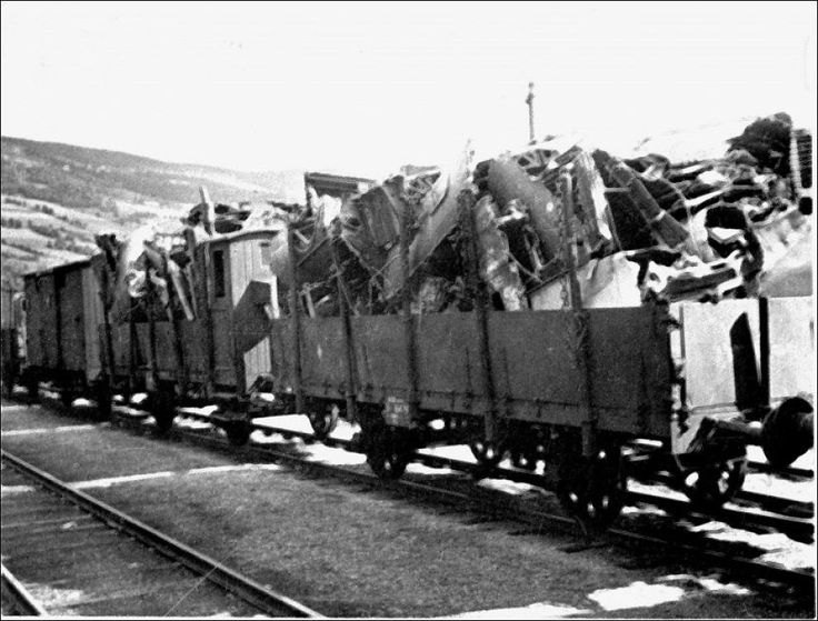 TOGTRANSPORT: Nedskutte tyske fly fraktes med tog gjennom Gudbrandsdalen under andre verdenskrig.