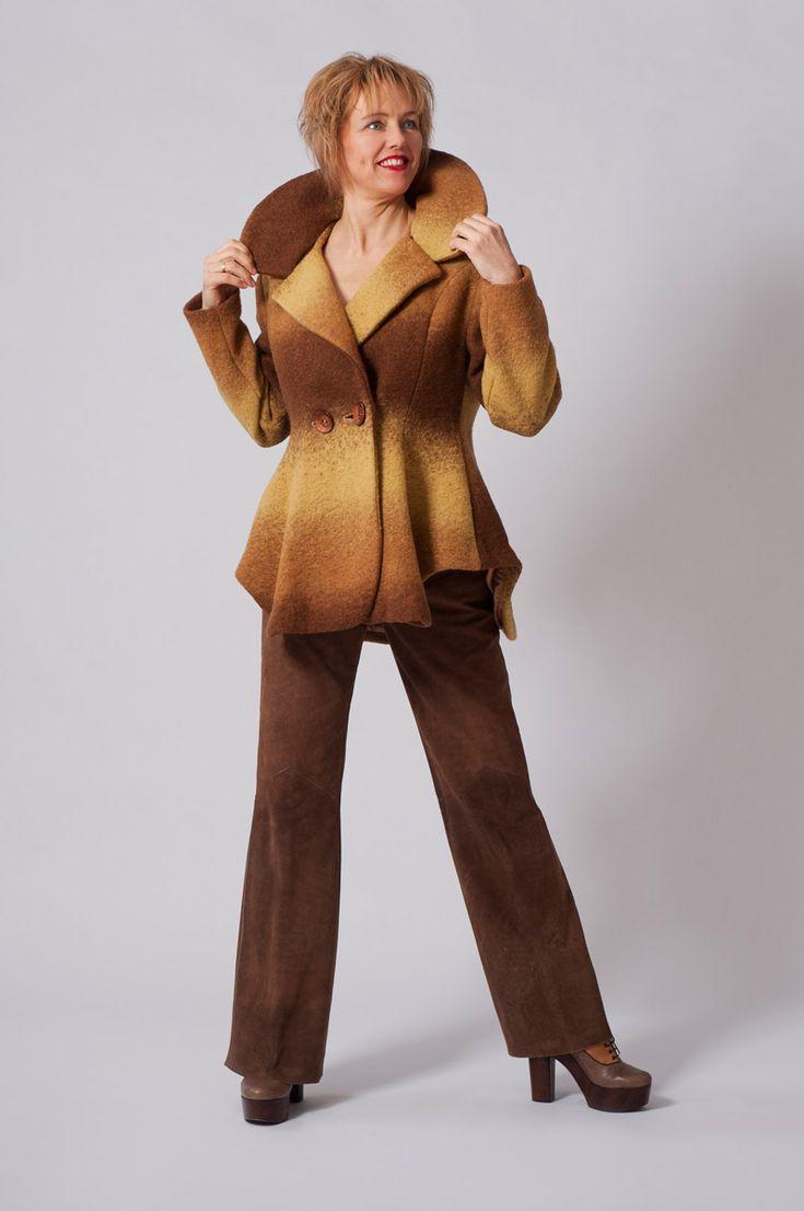 Wollen bruin/gele winterjas met golvende zijkanten en halflosse kraag.