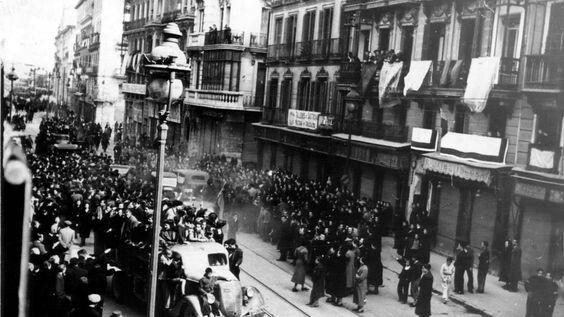 La calle Mayor el día en que las tropas de Franco entraron en Madrid, el 28 de marzo de 1939.