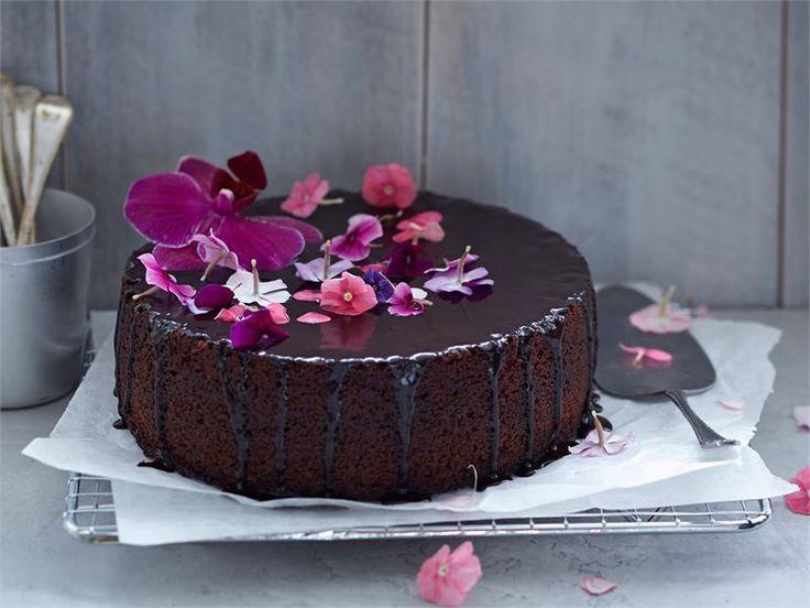 Appelsiininen suklaakakku on nopea valmistaa.Valmista kakku kuitenkin etukäteen, sillä sen maku ja rakenne paranevat päivän parin päästä leipomisesta. http://www.valio.fi/reseptit/appelsiininen-suklaakakku/