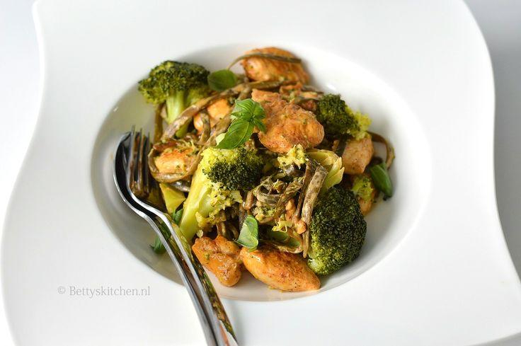 Seamorefoods komt met een pasta gemaakt van zeewier. En hier maak je een overheerlijke zeewierpasta met pittige kip en broccoli mee. Check deze review.
