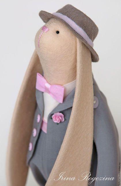 Купить или заказать 'Розовая свадьба' семья зайцев в  подарок на годовщину свадьбы в интернет-магазине на Ярмарке Мастеров. Интерьерные текстильные куклы ручной работы. Семья зайцев. Папа, мама и дочка. Выполнены из фетра и хлопка. Папа заяц в костюме цвета кофе латте и шляпе, а мама в кремовом свадебном платье с нежным кружевом. На голове чепец с бантами, в лапке букет из розовых роз. Дочка зайка в милой шляпке и платье, похожем на мамино. Зайки самостоятельно стоят, сидят, лапки и н...