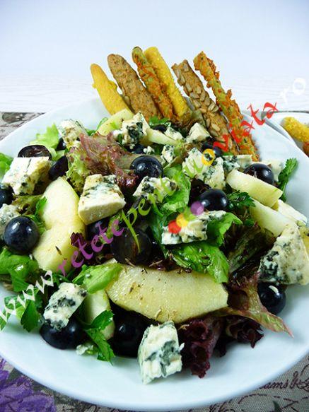 Salata verde cu struguri, mere si branza cu mucegai este o salata foarte aspectuoasa, racoroasa, aromata si foarte gustoasa.  Se poate servi singura ca fel principal cand vrem sa mancam ceva usor seara, impreuna cu sticks cu susan, seminte de floarea soarelui sau cu cascaval, sau poate fi servita ca garnitura la friptura de pui, porc, snitel.  #reteta #reteteculinare