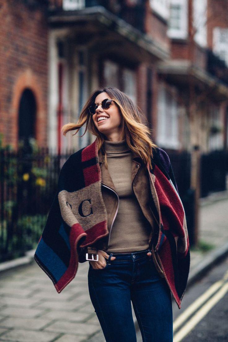 Camila Coutinho com um look londrino, parte de cima monocromática, combinado com jeans skinny básicão e poncho da Burberry