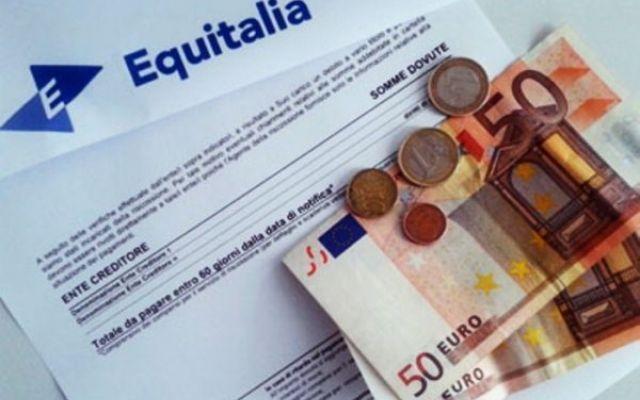 """Nuovo fisco, i debiti ora arriveranno via sms Ormai è noto, Equitalia andrà definitivamente in pensione entro il 2018. Il premier Renzi lo ha ribadito più volte , sottolineando che cambierà il meccanismo: """"Manderemo ai cittadini via sms tutte le #fisco #equitalia"""