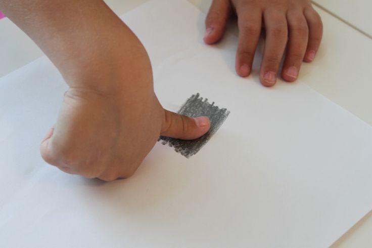 vingerafdrukken maken met grijs potlood, thema politie