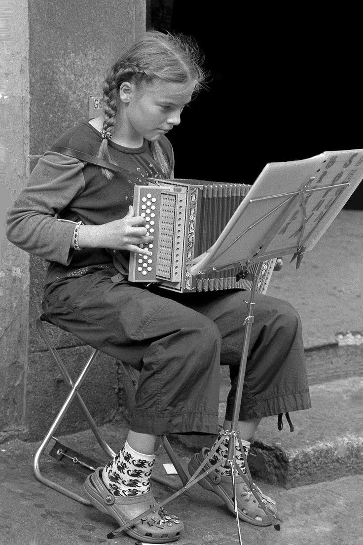 Jeune accordéoniste Folk music, Weird vintage, Retro kids