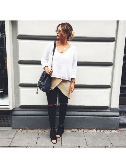 """Farina OpokuDie Studentin aus Köln bloggt nicht nur, sondern arbeitet auch in der Boutique Belgique vonLena Terlutter. Sie liebt weiß, Clean Chic, Boho-Looks und Beauty-Tutorials. Der einzige Sport, den Farina macht, ist ihr täglicher Gang in den 6. Stock zu ihre Wohnung ohne Aufzug. Mit Magerwahn kann sie nichtsanfangen. Ihre Message: """"Mädels, ihr seid toll, so wie ihr seid!""""Farinas Blog heißt Nova Lana Love.Auf Instagram findet ihr ..."""