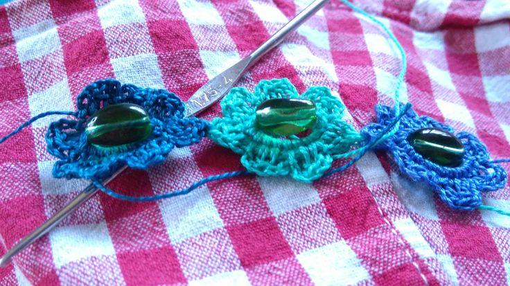 Rannekorun virkkaus. Crocheting of bracelet.