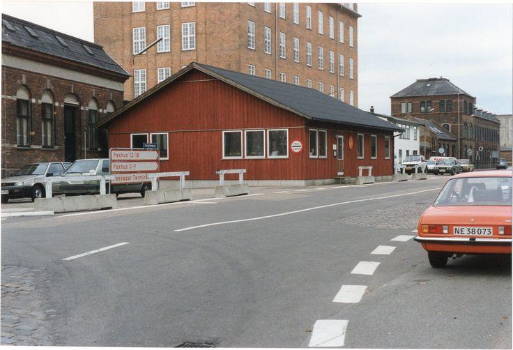 Toldvagt 2, 1991. Den lave røde bygning er nu revet ned.
