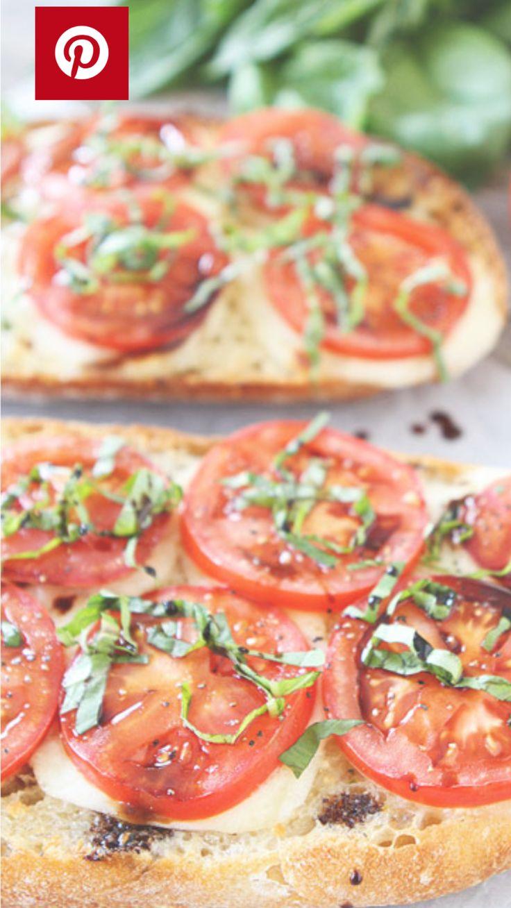 Knoflook brood met mozzarella en tomaat .  Brood  2 t knoflook ( geperst ) 50 gr gezouten roomboter Mozzarella bol 2 tomaten  Balsamico azijn ( beetje) Zout/peper  basilicum ( in  reepjes gesneden )   Brood besmeren met gezouten knoflook boter  Mozzarella in plakken er overheen verdelen  10 min in voorverwarmde oven (180gr) Tomaat in plakken erover verdelen  Iets balsamico azijn erover en zout en peper  Als laatste de basilicum . Lekker eten 😋