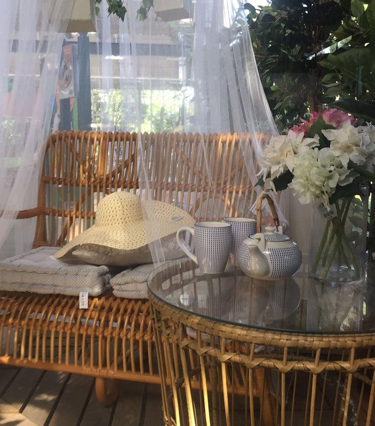Un salottino all'ombra, una zanzariera e un buon libro per una pausa rilassante all'aria aperta, in giardino o in terrazzo