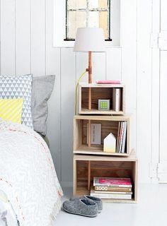 // Tables de chevet #DIY Idée à retenir : le lampadaire qui sert de fixation aux caisses