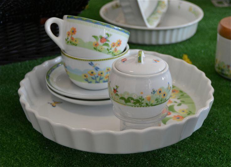 Prato...fiori, farfalle, cocconelle ed erbetta per il decoro che riveste con delicatezza tazze e zuccheriere in porcellana