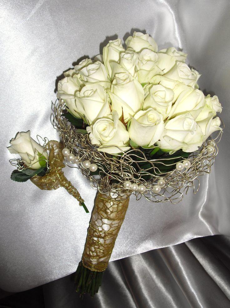 Krásna jednoduchá kytica z bielych ruží