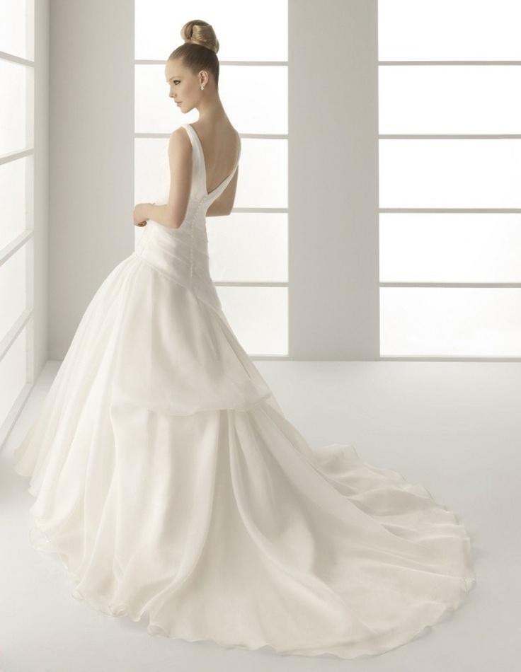Vestido de novia con cola tipo catedral. Resaltan el romanticismo y el glamour.  www.anneveneth.com