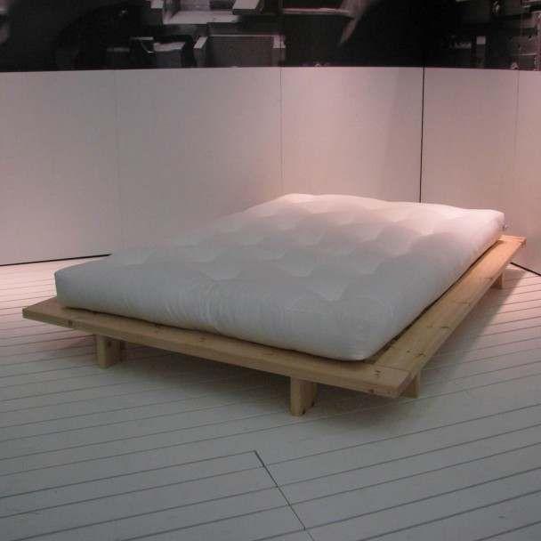 Låg trä säng i japansk stil, gjord av massiv furu.