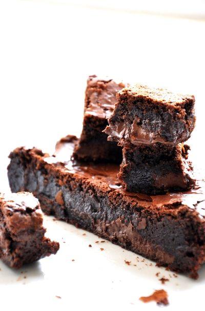 Recette Brownie au Nutella : Dans un saladier, tamiser ensemble la farine, le cacao, le bicarbonate et le sel, réserver.Mettre le beurre et le sucre dans une casserole et faire fondre sur feu doux en mélangeant.Incorporer 200 g de Nutella et la vanille liquide et laisser fondre un peu le Nutella.R...