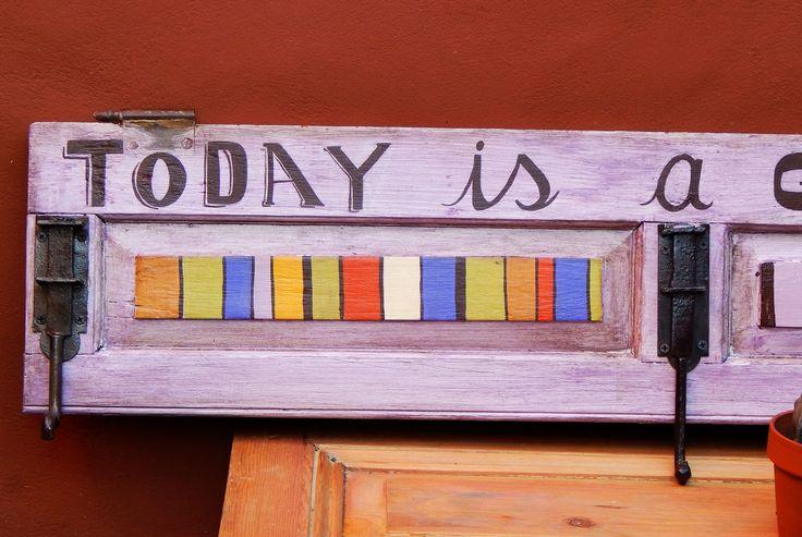 "Perchero ""Today is a good day"" (detalle)."