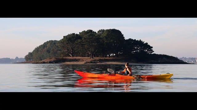 Kayak de mer dans le golfe du Morbihan.