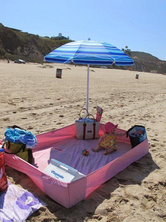 De beste tip! Neem een hoeslaken mee naar het strand. Als je in alle hoeken een tas zet, heb je een hele handige box voor je baby.