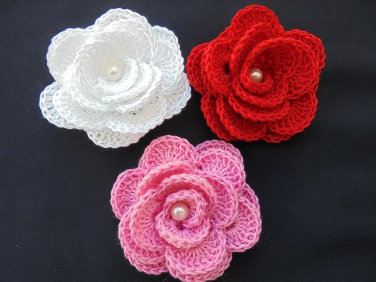 Rosas em croché, feitas com linha muito fina, 100% algodão. Excelentes para aplicar e tornar as suas peças personalizadas. Ficam excelentes em acessórios para o cabelo. Para encomendar e/ou acompanhar os meus trabalhos, o meu Facebook é: Bordados da Cláudia
