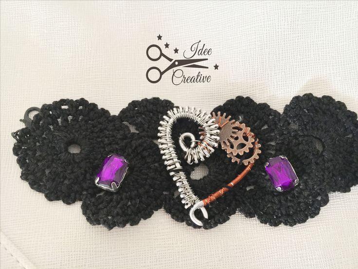 Bracciale nero steampunk style lavorato all'uncinetto con cuore wire e cabochon colore viola. Interamente fatto a mano. Modello unico