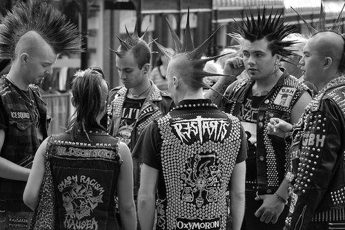 Os punks surgem nos anos 70 logo a seguir aos Hippies contrariando a ideia de paz e amor, por revolta e actos/manifestos de desagrado para com o mundo. São uma tribo urbana predominante muito mais irreverente e de ideais muito mais convictos do que os Rockers e Mod's