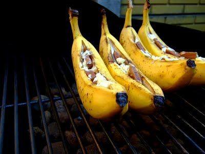 Lekker toetje voor op de BBQ! Zo maak je het: Eigen zo simpel als het er uit ziet. Je pakt een banaan en maak in de lengte een inkeping. Stop allerlei lekkere dingen in de banaan. Zoals chocolade, pecannoten, mini marshmellows, karamel, rozijntjes. Pak de banaan in zilverfolie in en bak ze in de oven of op de barbecue voor 10 minuutjes. Smakelijk!: