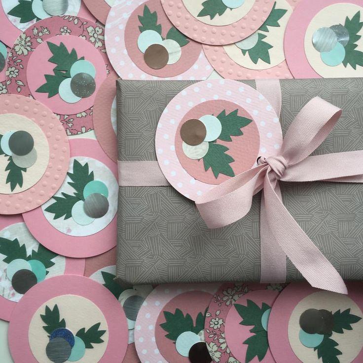 Små kort til den ekstra fine julegave... #klip#papirklip#tilogfrakort#jul15  #xmas#card#paper#papercraft#gifttag #papier#handmade#madebyme  #sælges#signehomberntsen