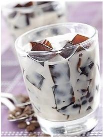 Bebida refrescante para este verano: Mezclá 2 tazas de café bien fuerte con 4 cdtas de azúcar y 2 cdtas de cocoa en polvo. Mezclá bien todos los ingredientes y vertilos en una bandeja de cubos de hielo. Una vez estén listos, servilos acompañados de leche bien fría.