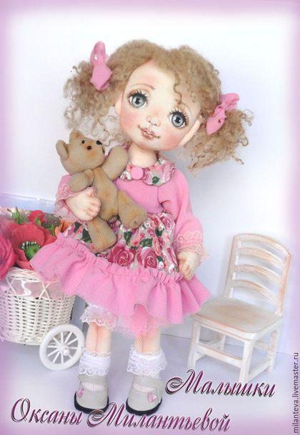 Купить или заказать Леночка.Кукла текстильная. Я нашла хозяйку. в интернет-магазине на Ярмарке Мастеров. Кукла текстильная интерьерная. Ручки и ножки подвижны.вся одежда и обувь снимается,волосики-овечьи кудряшки. Маленькая красавица для маленьких и больших девочек.К хозяйке поедет со своей любимой игрушкой- мишуткой. Все куколки в единственном экземпляре.