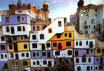 Hundertwasserhaus  Pagina precedente  17 di 17  Hundertwasserhaus è un complesso di case popolari costruite a Vienna dall'architetto e artista Friedensreich Hundertwasser. Si trova nel quartiere di Landstraße.    L'artista ha voluto infondere allegria e gioia di vivere ai 50 appartamenti delle persone meno abbienti della città. Le facciate sono dipinte a colori vivac