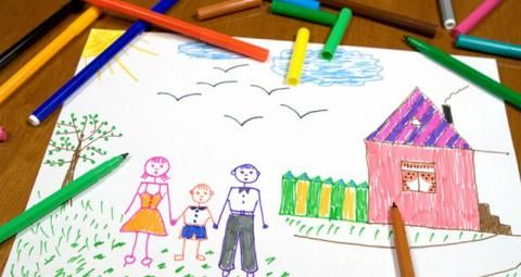 Deze tekening doet me denken aan het stukje in het boek waarin Virginia in de kleuterklas een tekening mocht maken. Ze tekende haar vriendinnetjes na. Ze tekende een blije mama en papa en haarzelf bij een mooi huis. Iets wat ze in haar tijd bij Jill eigenlijk niet kende. De kinderen in de klas waren nooit lief voor haar. Ze lachten haar uit met haar vuile, stinkende kleren.