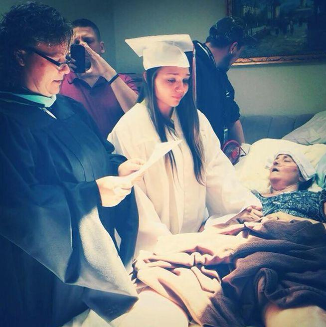 Una joven se gradúa junto al lecho de muerte de su madre. #Acompañaralfinaldelavida