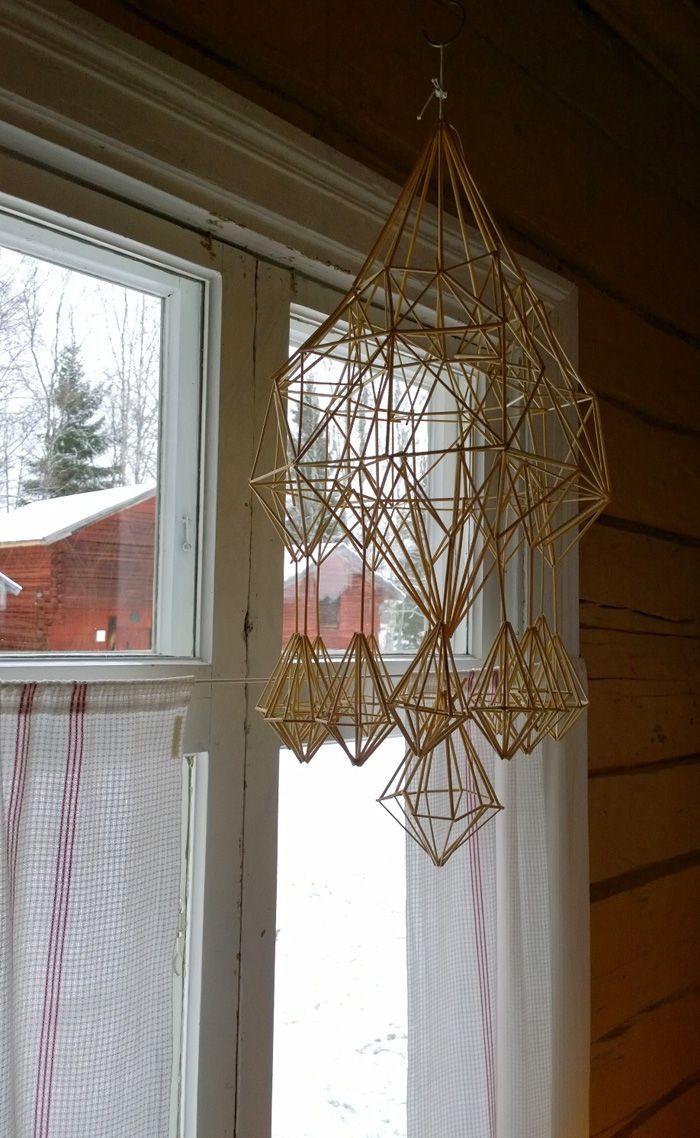 Himmeli on perinteinen joulukoriste, joka on valmistettu oljista. Himmeli ripustetaan yleensä kattoon ja se liikkuu hiljalleen ilmavirran mukana. Nimi himmeli tulee sanasta Himmel (taivas). 3. joulukuuta, Turkansaaren ulkomuseo, Oulu (Finland)