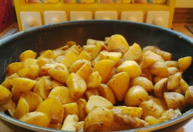 Fűszeres, szaftos serpenyős krumpli recept képpel. Hozzávalók és az elkészítés részletes leírása. A fűszeres, szaftos serpenyős krumpli elkészítési ideje: 25 perc