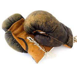 Boxningshandskar som gått tillräckligt många matcher för att få den rätta patinan. En och annan söm har börjat ge efter och skinnet har fått en vacker struktur under årens lopp.   #vintage #gentlemannasport #boxning #herrfrank #retro #mantikvitet #herrum