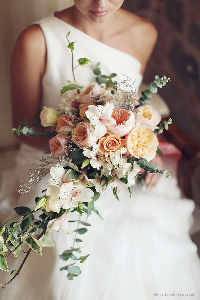 Цветы мелким, каскадный свадебный букет невесты