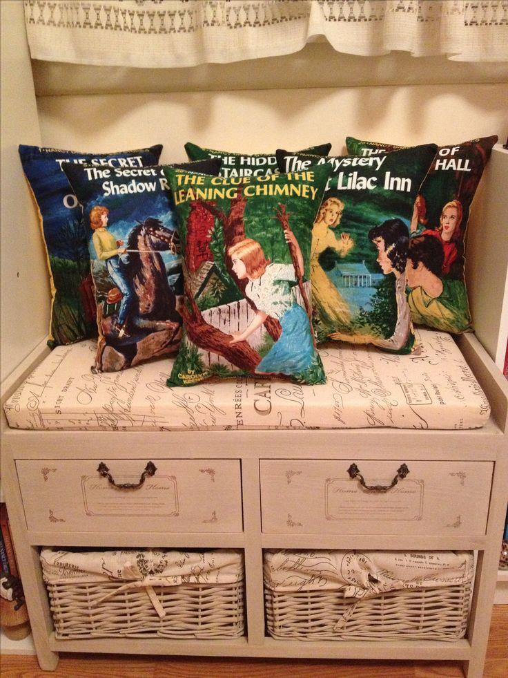Grandes peluche almohadas de libros de Nancy Drew.