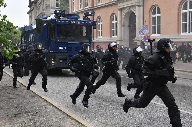 %TITTLE% -                        Entscheidung in Hamburg: G20-Proteste: Gericht wertet Vorgehen der Polizei erstmals als rechtswidrig     Teilen      Danke für Ihre Bewertung!            0                                                 dpa        ... - https://cookic.com/entscheidung-in-hamburg-g20-proteste-gericht-wertet-vorgehen-der-polizei-erstmals-als-rechtswidrig.html