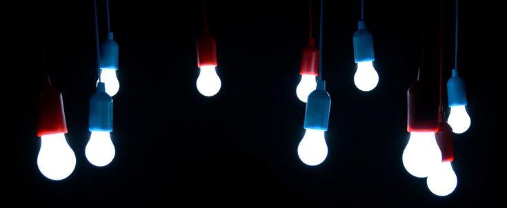 El 90% de la energía en la bombilla es convertida en luz con un 10% derrochado en calor.