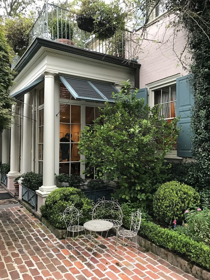 One of the pleasures of traveling for lecture appearances is visiting old and new friends…and their gardens. As I headed to New Orleans last fall, I had one image in…