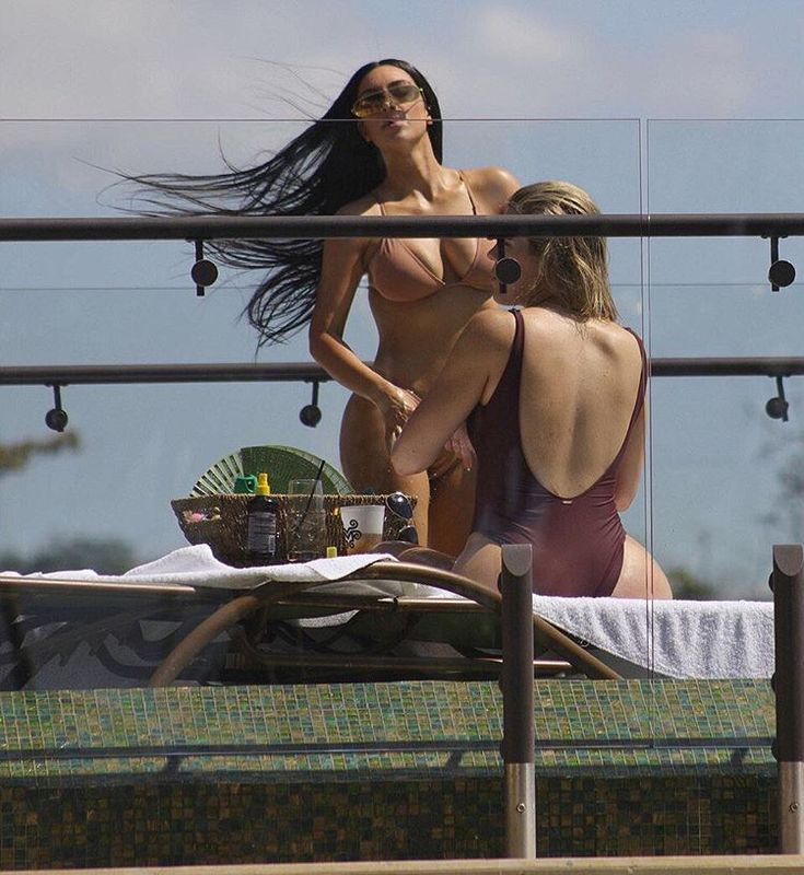 Kim e Kourtney Kardashian exibem boa forma em banho de sol na Costa Rica - Vogue | Gente